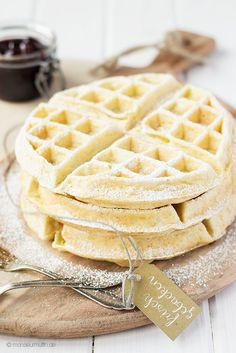Waffel Rezepte – 21 Ideen für die große Waffel Liebe Today I'll tell you my favorite recipe for waffles. Who likes to replace some of the flour with coconut or almond flour and conjures up fine coconut waffles. Breakfast Hotel, Breakfast Waffles, Pancakes And Waffles, Pancake Muffins, Best Cake Recipes, Sweet Recipes, My Favorite Food, Favorite Recipes, Chocolate Crepes
