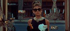 Cuando pensamos en moda, seguramente nuestra mente evocará las ostentosas pasarelas en las que atractivos modelos lucen las más glamurosas propuestas de la temporada. También es muy probable que pensemos en aquellas revistas que descansan en los sillones de un salón de belleza, mientras las distinguidas damas cortan su cabello esperando lograr el arrogante porte …