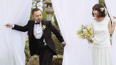新郎が花束を手にとって新婦をまっている。二人のウェディングディー。お互いの支度が終えたが彼がまだ彼女のドレス姿をみたことがない。これがファーストミート。