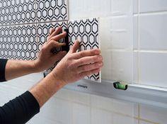Cristalgrip, c'est la révolution du rayon carrelage mural ! Disponible en rouleaux, Cristalgrip est composé de deux parties. L'une se colle au mur ou sur un ancien carrelage. L'autre à l'arrière du nouveau carrelage que vous avez choisi. Il suffit ensuite de presser le nouveau carrelage sur le mur. Il s'agrippe solidement et en un clin d'œil grâce à Cristalgrip ! </br> </br> Un chantier facile, sans colle, parfait pour rénover sa salle de bains. Il ne reste plus qu'à tr...