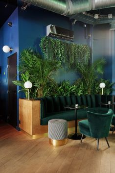 Salon Attente BAM Karaoké Parmentier Plantes Murs bleus Fauteuils Décoration The Socialite Family wants the latest addition to the BAM stable: BAM Karaoké Box Parmentier! A decorative digest where you can spend wild evenings. Coffee Shop Design, Cafe Design, Bam Karaoke Box, Design Living Room, Restaurant Interior Design, Bar Interior, Lounge Areas, Lounge Seating, Commercial Design