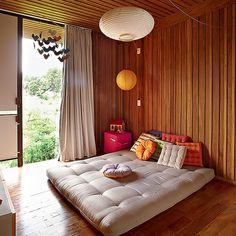 """Contra o uso de berço, Graziella Mattar e Leandro Marquez Benetti colocaram um colchão de futon no chão do quarto de Raul, 2 anos. """"A peça é flexível. Quando ele não quiser mais dormir nele, será um sofá"""", explica a mãe"""