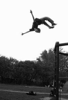 parkour at the park Action Pose Reference, Action Poses, Anatomy Reference, Photo Reference, Body Action, Contortion, Looks Cool, Physical Fitness, Human Body