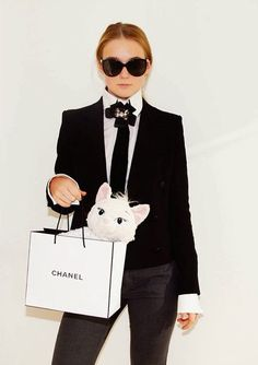 DIY Karl Lagerfeld & Choupette Halloween Costume Idea Lots of inspiration, diy & makeup tutorials and all accessories you need to create your own DIY Karl Lagerfeld Costume for Halloween. Karl Lagerfeld Choupette, Purim Costumes, Diy Halloween Costumes For Women, Clever Costumes, Costume Ideas, Carnival Outfits, Carnival Costumes, Diy Carnival, Last Minute Kostüm