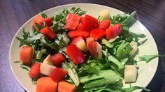 Friséesalat, Apfel, Möhre und rote Paprika.