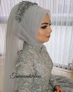 Hijab styles 488640628321807633 - Görüntünün olası içeriği: 1 kişi Source by ilusiana Muslim Wedding Gown, Hijabi Wedding, Red Wedding Dresses, New Hijab Style, Hijab Style Dress, Muslim Fashion, Hijab Fashion, Bridal Hijab Styles, Hijab Stile