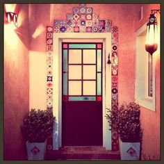 La imagen puede contener: planta, interior y exterior Casa Hygge, Kitsch, Hacienda Style, Log Furniture, Industrial Interiors, Stained Glass Patterns, Hand Painted Ceramics, Inspired Homes, Door Design