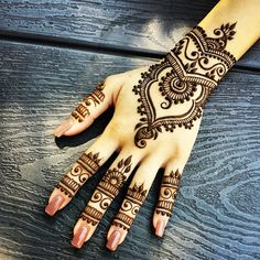 Same design, different backdrop. Ever since I've posted this design, I've seen so many beautiful re-creations of it. It makes me so happy to see y'all being inspired and sharing your re-creations with me! Keep 'em coming :) #tbt #hennapro #torontoartist #toronto #hennaart #hennaartist #hennalove #hennabydivya
