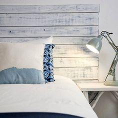 """Obwohl ich eigentlich noch mitten im Projekt """"neuer Arbeitsbereich"""" stecke und hier mit dem Feinschliff mehr als gut beschäftigt bin, hab ich mich direkt ins nächste gestürzt: Das Schlafzimmer. Ich mag unser Schlafzimmer eigentlich gerne, nur fehlt mir irgendwie ein einheitlicher Stil und hier und da ein bisschen Farbe. Da ich ja immer auf der Suche nach Inspiration bin hab ich mich dieses Mal in der Kategorie Schlafzimmer bei homify umgesehen und dabei einige schöne Anregungen gefunden…"""