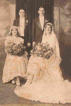 1930 Avec la crise économique, les femmes ne se marient que dans des robes peu chers. Elles faisaient souvent parties de leur garde-robe. Ou sinon, elles étaient acheter dans le but de les ré-utiliser après le jour J !