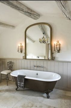 Roll top bath We found interesting country bathroom designs for you. The one that live in the country and the one that have a house in the country, these designs are Modern Country Bathrooms, Rustic Bathrooms, Modern Room, Modern Bathroom, Simple Bathroom, Bathroom Ideas Vintage Country, Cottage Bathrooms, Country Baths, Big Bathrooms
