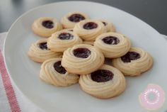squeeze cookies filled with jam