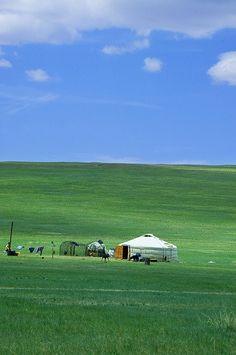 Fabuleux pays d'Asie, la Mongolie est l'une des dernières terres vierges existantes sur la planète car ses paysages sont quasiment intacts. Dans ses vastes étendues de steppes et de montagnes ponctuées de yourtes, habitat traditionnel mongol, le dépaysement est stupéfiant. Le meilleur moyen de découvrir la vie traditionnelle mongole dans un environnement préservé est de faire une randonnée à cheval tout en s'arrêtant en cours de route auprès des nomades.