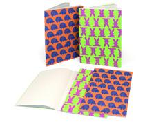 Τετράδια Pupsi σε μέγεθος Α5 (15Χ21εκ), περιέχουν 24 φύλλα ανακυκλωμένο χαρτί (με γραμμές και τα δύο σχέδια). Το εξώφυλλο είναι κατασκευασμένο από cartapaglia (ανακυκλωμένο χαρτί που δεν έχει υποστεί διαλογή/ απομελάνωση).