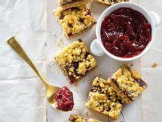 מתכון חיתוכיות ריבה, חיתוכיות ריבה ביתיות וקלות להכנה במילוי ריבת תות ומבצק נהדר - הכי מתאימות לקפה של יום שבת בבוקר