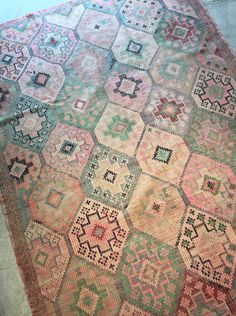 Vintage kilim rug in faded pink and green colours - SO BEAUTIFUL!! WWW.MARKWALDORF.DK