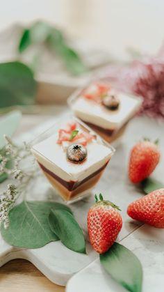 Opciones dulces para tu boda o evento, copa de frutos rojos con fresa picada y chocolate blanco. Perfecta para tu evento. Chocolate Blanco, Dairy, Cheese, Gifts, Breakfast Nook, Food Cakes, Sweets, Strawberry Fruit, Presents