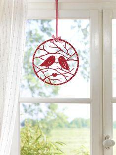 Dieses süße Fensterbild läutet bei uns den Frühling ein. Die passende Vorlage mit Anleitung zum selber basteln finden Sie hier.