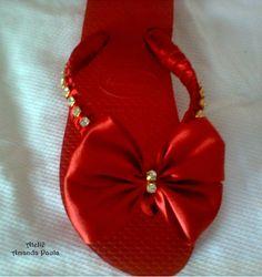 Chinelos customizados com cetim e strass Curtam minha página no facebook www.facebook.com/atelieamandapaula