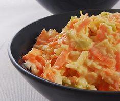 Beyaz Lahana SalatasıMalzemeler: Küçük bir lahananın 1/4 ü 2 adet orta boy havuç 1 adet yeşil elma 3 yemek kaşığı mayonez 6 yemek kaşığı yoğurt İsteğe göre 2 diş sarımsak Yapılışı: Lahanayı isterseniz ince doğrayın isterseniz rendeleyin. Elmayı ve havucun tamamını rendeleyin. Geniş bir karıştırma kabına rendelediğiniz malzemeleri alın. Karıştırma kabına mayonez ve yoğurdu ilave ederek iyice karıştırın.Buzdolabında dinlendirin soğuk servis yaparsınız.