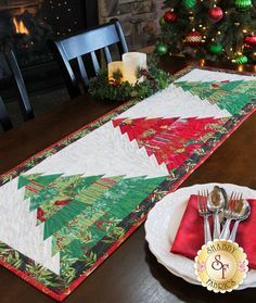 Quilt Inspiration: Free pattern day: Christmas Table Runners! Christmas Tree Quilted Table Runner, Xmas Table Runners, Christmas Tree On Table, Christmas Patchwork, Christmas Quilt Patterns, Christmas Runner, Christmas Placemats, Table Runner And Placemats, Table Runner Pattern