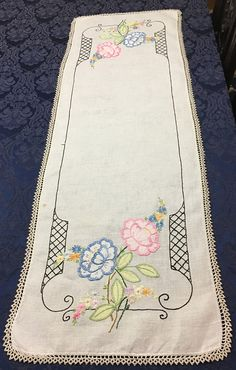 Vintage Linen Hand Embroidered Table Runner Dresser Scarf with Applique Flowers 44 x 14 Rose Embroidery, Embroidery Stitches, Embroidery Patterns, Embroidery Transfers, Free Machine Embroidery Designs, Vintage Linen, Sewing Projects, Crochet Lace, Lace Trim