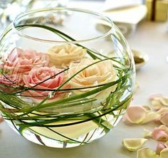 art floral moderne, déco de table avec fleurs flottantes