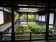 寝殿造り(シンデンヅクリ)  平安時代の貴族が住んでいた住居様式のこと。中央に主人の住まいである寝殿、その左右に対屋(たいのや)が配され、それぞれを渡り廊下によって結ばれる。