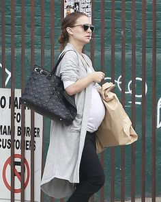 Natalie Portman Photos Photos - Actress Natalie Portman is spotted out for lunch in Los Feliz, California with a friend on October 24, 2016. - Natalie Portman Lunches With a Friend
