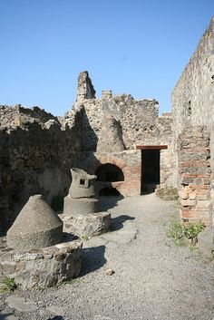 such an amazing place! You should totally go if you get a chance! Pompeii Ruins, Pompeii Italy, Pompeii And Herculaneum, Ancient Ruins, Ancient Rome, Ancient History, Pompeii History, Monuments, Empire Romain