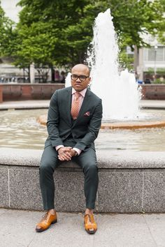 If you're short, stout and hefty, these style tips are for you. Learn how to dress in a way that flatters the stocky build. Pinterest Design, Suit Guide, Mens Sport Coat, Sport Coats, Interview Style, Green Suit, Dapper Men, Wedding Men, Wedding Attire
