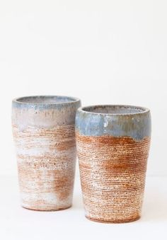 Beautiful set of clay body wheel-thrown and textured tumblers for any type of beverage. Ceramic Tableware, Ceramic Bowls, Stoneware, Kitchen Must Haves, Kitchen Ideas, Handmade Pottery, Handmade Gifts, White Cups, Rust Orange