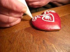 Watch this cookie get decorated. It's amazing to watch her go from left to right without even slowing down, and she is using a plastic decorating tip! No Bake Sugar Cookies, Iced Cookies, Royal Icing Cookies, No Bake Cake, Cake Decorating Techniques, Cake Decorating Tips, Cookie Decorating, Biscuits, Icing Techniques