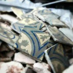 De esta forma nos encontramos muchas de las baldosas que rescatamos #rescuedtile #baldosahidraulica #barcelona #rajolahidraulica #encaustictile #objetosconhistoria #design #modernism #modernismo #tileaddiction #bcn #restoration #mosaico #tile #antique #1900s #artnouveau #tiles #ihavethisthingwithfloors #ihavethisthingwithtiles #thebarcelonist by fragmentsbcn