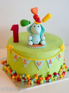 värikäs syntymäpäiväkakku. Colourful fondant cake with elephant and balloons. #Tekilasbakery http://www.tekila.fi/varikas-syntymapaivakakku/