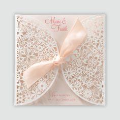 Romantische Hochzeitseinladung mit Scherenschnitt-Muster