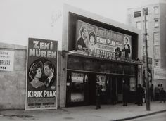 """Şan Sineması'nda """"Kırık Plak"""" (1959) filminin afişleri.  Türk Eğitim Vakfi ve TSK Mehmetçik Vakfı Arşivinden."""