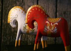 A Jamtlandaren Horse is a genuine craft product, often made of spruce, designed, carved and painted by Johnne and Marianne Bågling. Each horse is unique and has it´s own character and personality Scandinavian Folk Art, Scandinavian Christmas, Fjord Horse, Art Populaire, Horse Silhouette, Horse Sculpture, Mid Century Art, Clay Animals, Equine Art