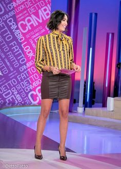 Caterina Balivo (camicia Space, gonna Jijil, scarpe Contigo) #stripedshirt #zipskirt #zippedskirt
