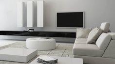 Wohnzimmer weiße Wände helle Couch weißer runder Tisch Fernseher