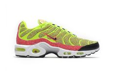 El  modelo de Nike Air Max Plus tiene tonalidades verde vivo y Coral Colorway