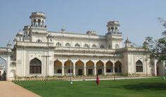 Chowmahalla était autrefois considéré comme le centre d Hyderabad. Ce magnifique et gigantesque palais était le siège de la dynastie des Asaf Jahi, ou les Nizams divertissaient les invités officiels et les proches de la royauté. Chowmahalla est renommé pour son style unique et son élégance insurpassable. Pour couronner le tout, le palais est un mélange de plusieurs styles et influences architecturaux. Les dômes suivent les influences