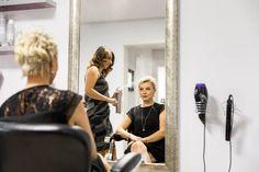 Chameleon Beauty Salon este un salon de înfrumusețare cochet, cu o atmosfera vesela și prietenoasa, unde visele clientelor noastre, devin inspirația noastră.  Un loc feminin cu un cadru intim în care reușim sa fim cameleonice în funcție de nevoile și așteptările clientelor noastre. Chameleon, Make Up, Beauty, Chameleons, Makeup, Beauty Makeup, Beauty Illustration, Bronzer Makeup