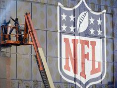 Patrick Stewart (bluemedia) puts up a Super Bowl XLIX