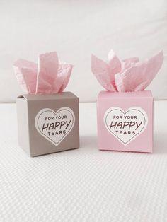 Für Freudentränen | Freudentränen TaschentücherUnsere 50er Freudentränen Boxen sind ganz besonders für eure Hochzeit. Die Taschentuchbox aus Kraftkarton ist der Hingucker auf eurer Hochzeit. Freudentränen sind eines der wichtigsten Dinge, die ihr für eure Hochzeit braucht. Sie sollen den Menschen dienen die vor lauter Glück ein paar Tränchen vergießen. Ihr könnt sie ganz einfach zusammenfalten. Alles was ihr jetzt noch benötigt sind Taschentücher, vielleicht mit Blütenduft oder...