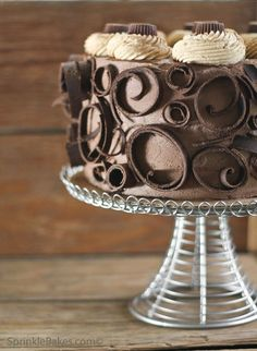 foodie heaven If I could make something that looked as pretty as this, Id quit my job and just make tasty treats all the time. A beautiful Peanut Butter Cup Chocolate Cake Cheesecake from SprinkleBakes. Cupcakes, Cake Cookies, Cupcake Cakes, Chocolate Curls, Love Chocolate, Chocolate Lovers, Beautiful Chocolate Cake, Chocolate Heaven, Pretty Cakes