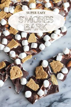 Super Easy S'mores Bark - love this easy recipe to make s'mores bark without all the mess!