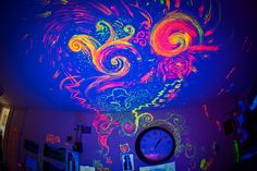 psychedelic room...omg i wanna buy glow paint n go crazy!!!