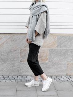 Minimal look grey scarf Minimal Fashion, Love Fashion, Fashion Outfits, Womens Fashion, Fashion Trends, Minimal Outfit, Fashion Ideas, Mode Style, Style Me