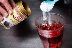 Natron bruges som hævemiddel, når du bager, men du kan også bruge natron mod halsbrand, som tæpperens, i tomatsovs og til fodbad. Se her i galleriet hvordan.